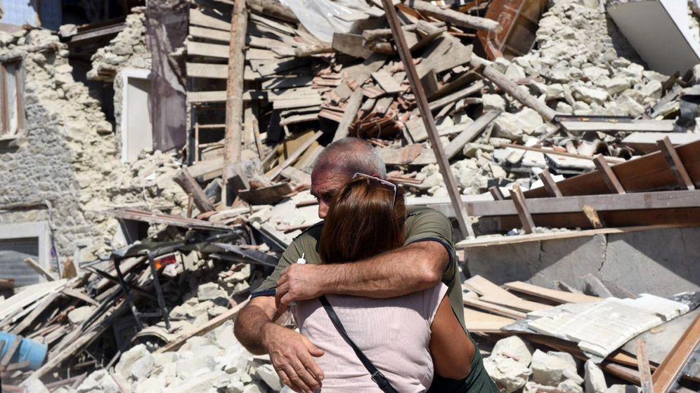 Foto: Dos supervivientes se abrazan en Pescara del Tronto. (EFE)