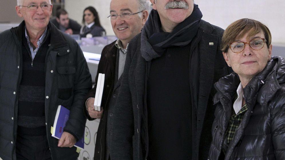 Foto: El exlíder de ERC Josep-Lluís Carod-Rovira, junto a  los exconsejeros del Gobierno Vasco, Joseba Azkarraga (i), y Gemma Zabaleta (d). (EFE)