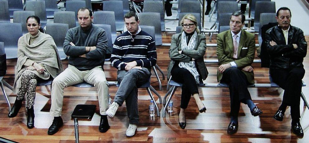Isabel Pantoja (i), sentada en el banquillo de acusados de la Audiencia de Málaga. (EFE)