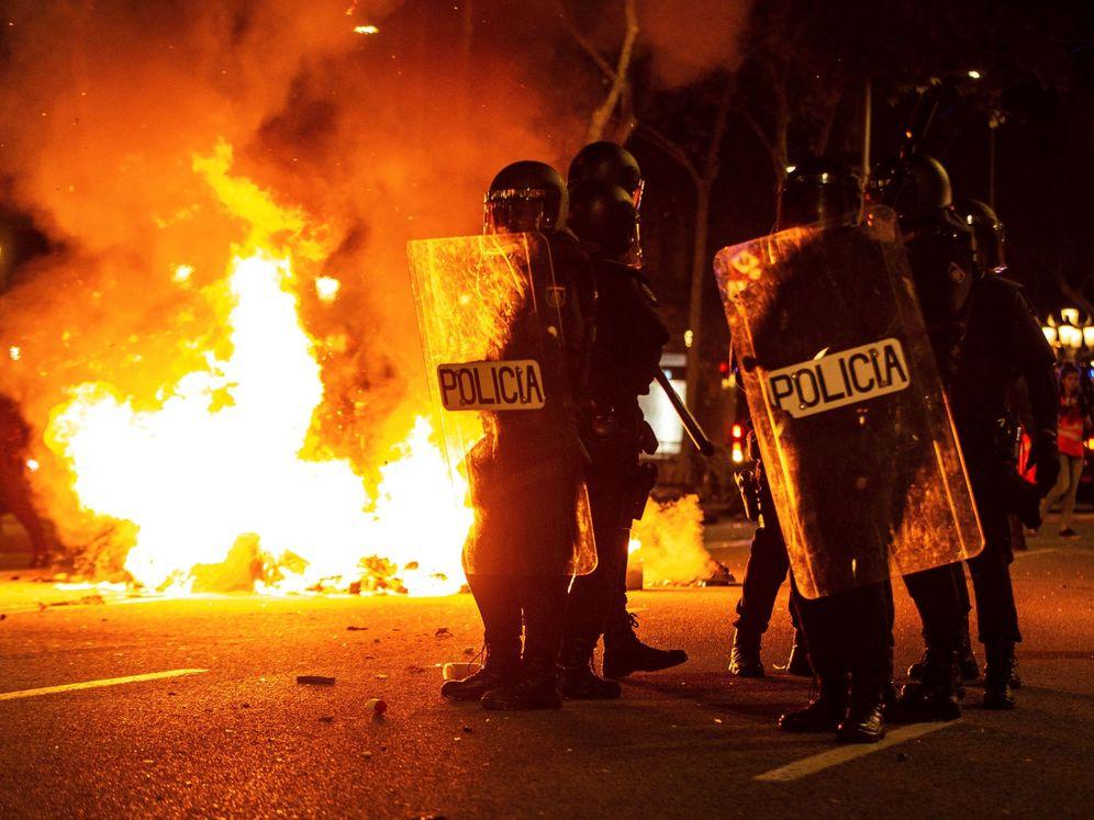Foto: Efectivos policiales durante los disturbios frente a la delegación del Gobierno en Barcelona. (EFE)