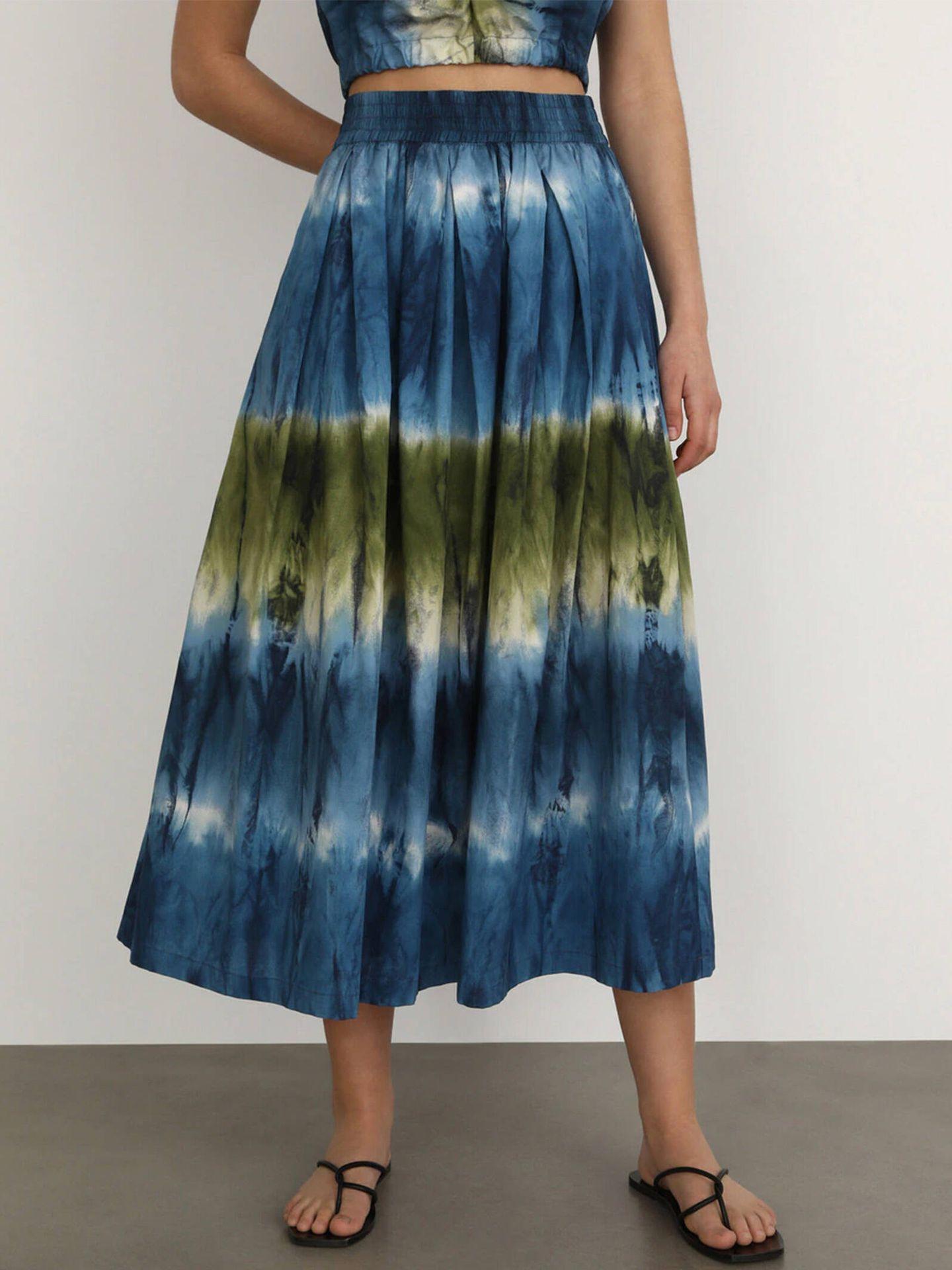 Falda larga con estampado tie-dye de El Corte Inglés. (Cortesía)