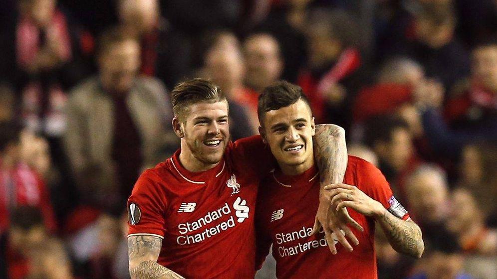 Foto: Coutinho y Alberto Moreno durante un partido del Liverpool. (Cordon Press)