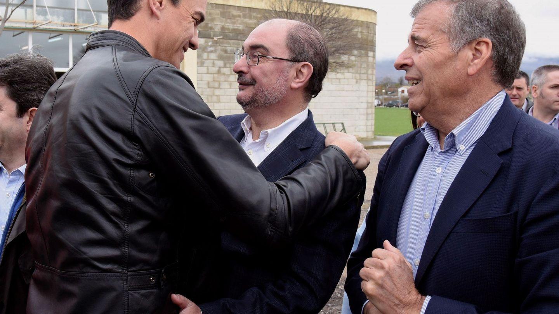 Sánchez y Lambán se saludan ante el líder del PSOE de Huesca, Antonio Cosculluela, en Ayerbe. (EFE)