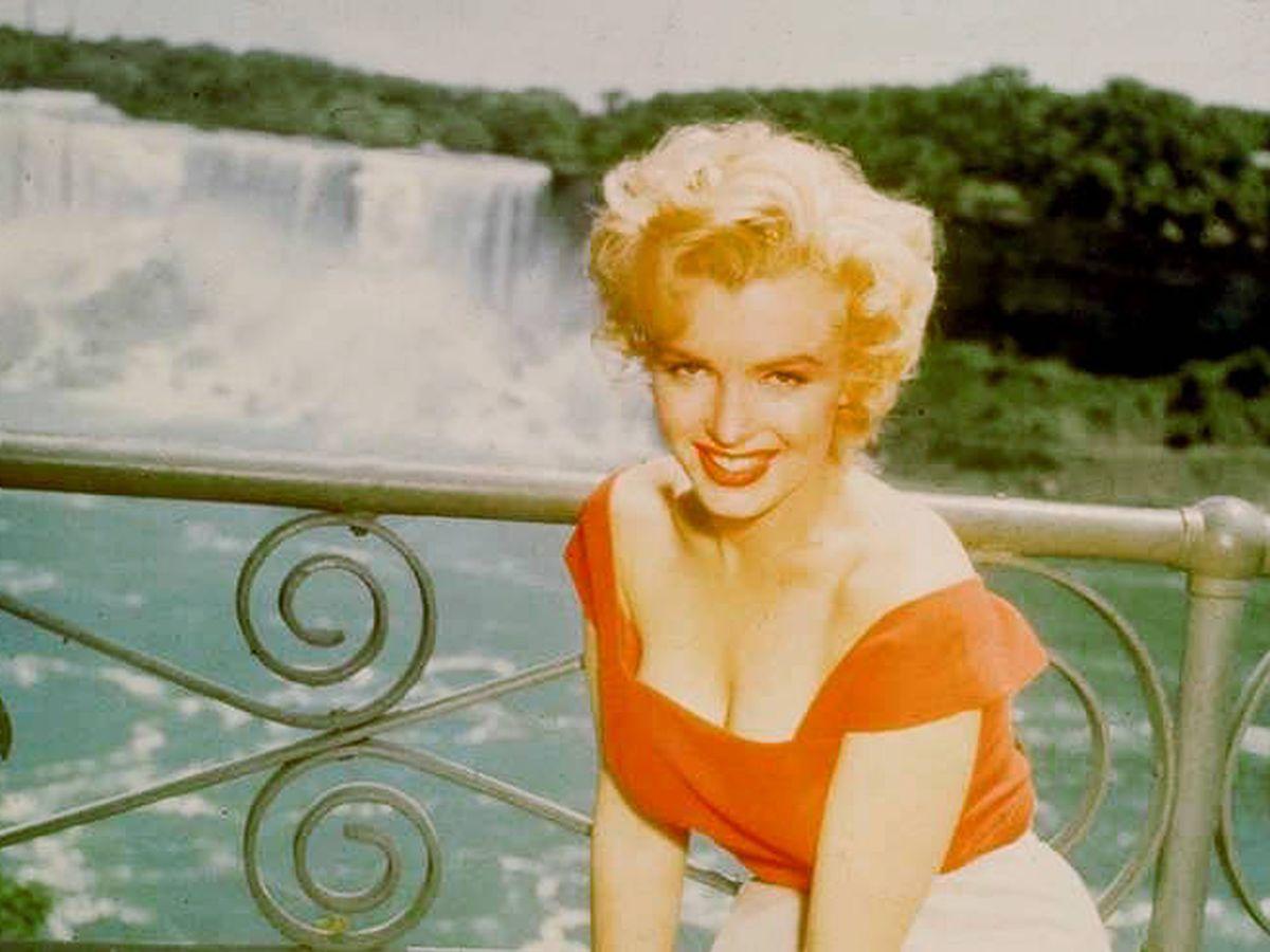 Foto: Marilyn, junto a las famosas cataratas. (RR Auction)