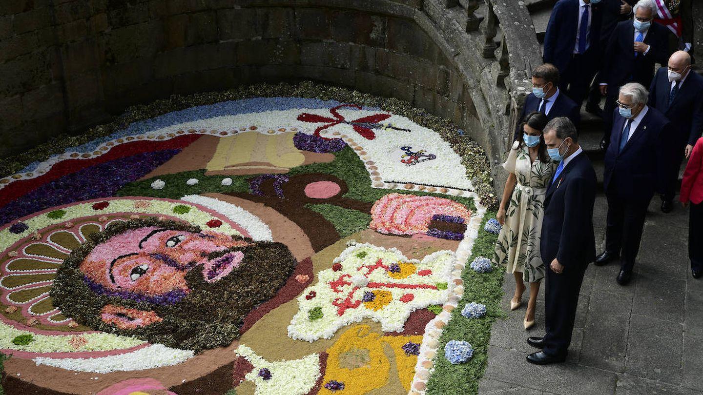 Los reyes admirando una de las alfombras florales en honor al Apóstol. (Limited Pictures)