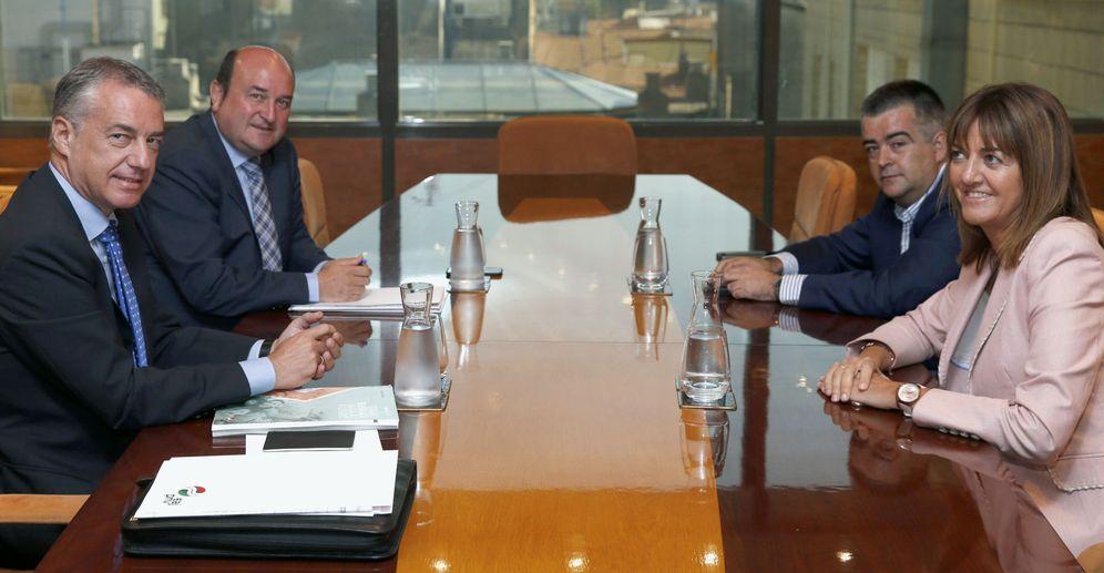 Foto: Iñigo Urkullu (i), junto a Andoni Ortuzar (2i), durante la reunión con la delegación del PSE, Idoia Mendia (d) y Miguel Ángel Morales, en el marco de la ronda de contactos para la formación de Gobierno. (EFE)