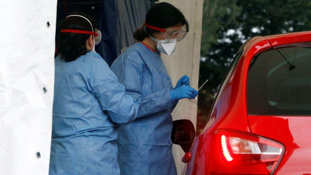 Foto: Test a trabajadores de un hospital de Ferrol en el coche. (EFE)