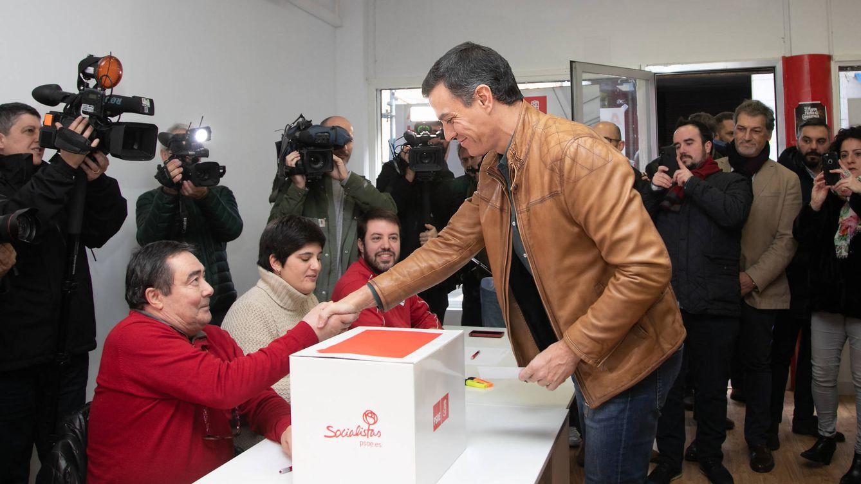 Foto: Pedro Sánchez vota en su agrupación de Pozuelo de Alarcón en la consulta sobre el pacto con UP, el pasado 23 de noviembre. (Eva Ercolanese   PSOE)