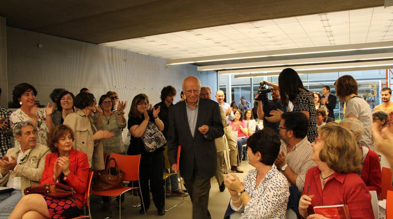 Foto: El filósofo Emilio Lledó llega al aula de la Casa del Lector, donde sus alumnos esperaban una nueva lección sobre Epicuro y a felicidad. (CL)