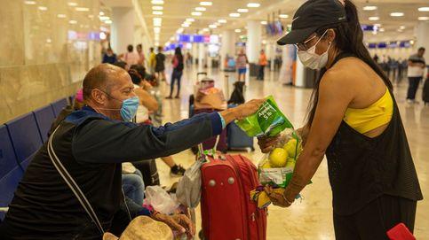 Lo habitantes de Cancún llevan agua y alimento a turistas bloqueados en el aeropuerto
