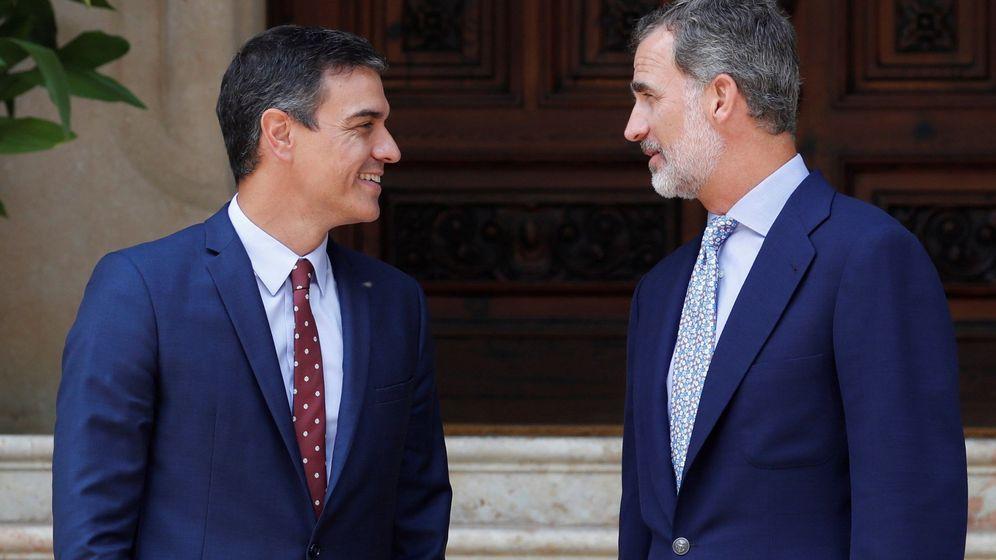 Foto: Sánchez llega a marivent con 50 minutos de retraso igual vestido que el Rey. (EFE)