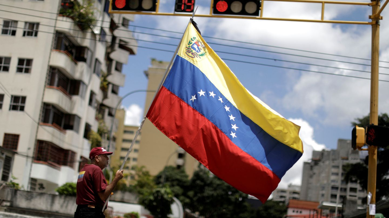 Un hombre con una bandera venezolana durante un acto de protesta contra el Gobierno, el 29 de mayo de 2017. (Reuters)
