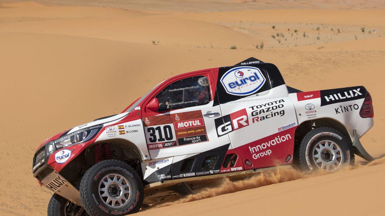 Fernando Alonso, haciendo frente a las dunas durante la séptima etapa. (EFE)