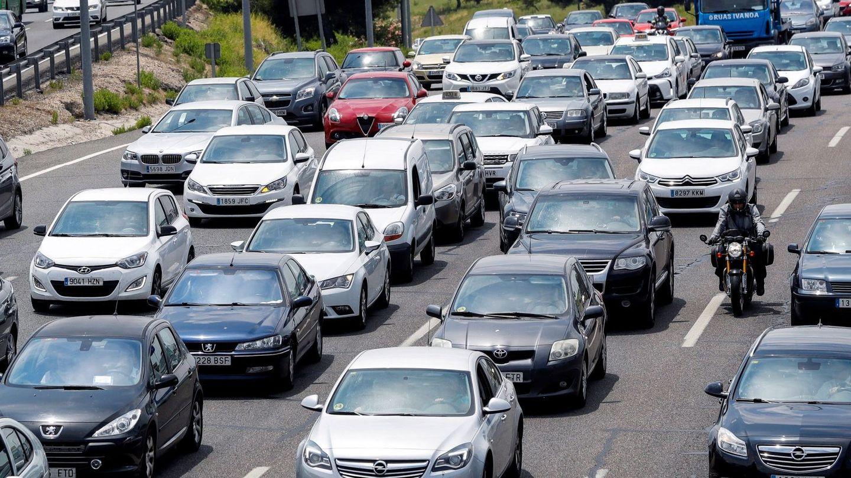 Tráfico a la salida de Madrid. (EFE)