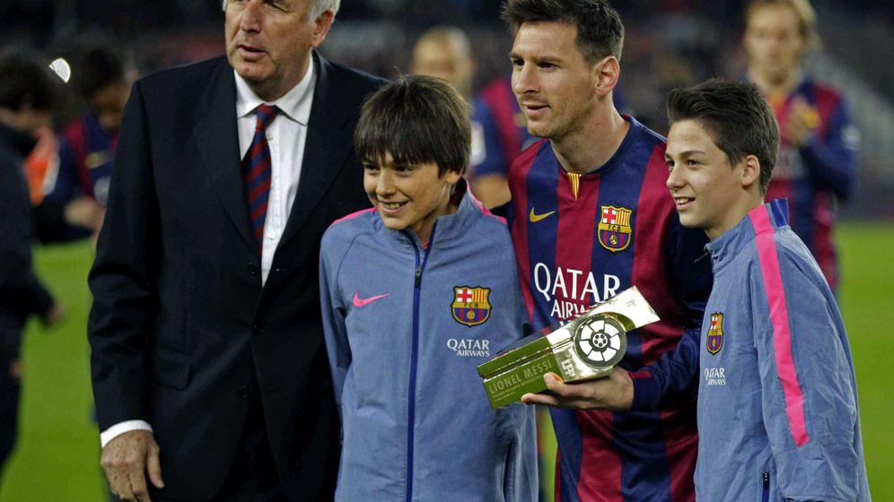Foto: Carles Rexach junto a Leo Messi para recibir el trofeo de máximo goleador del argentino en la Liga. (Efe)