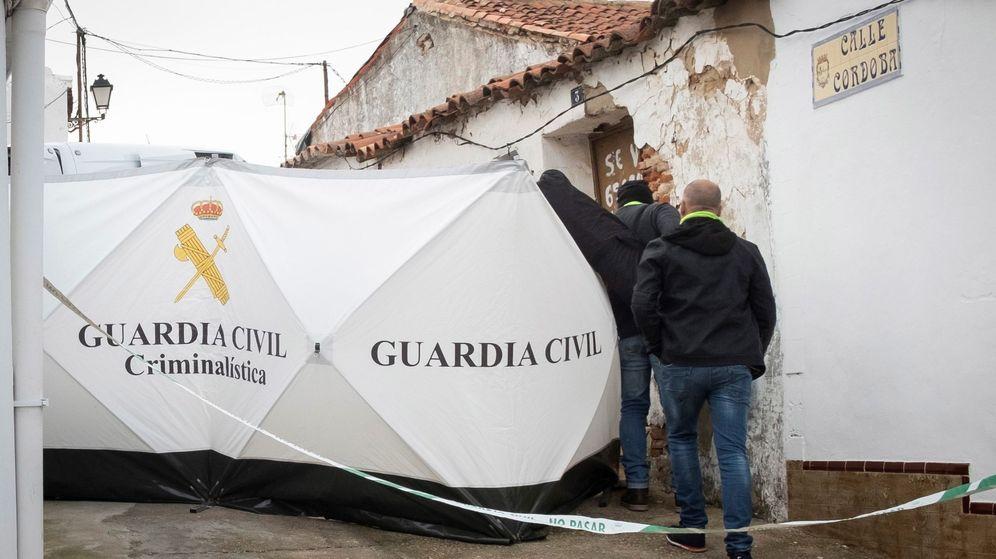Foto: Efectivos de la Guardia Civil colocan una mampara para inspeccionar la vivienda de Bernardo Montoya. (EFE)