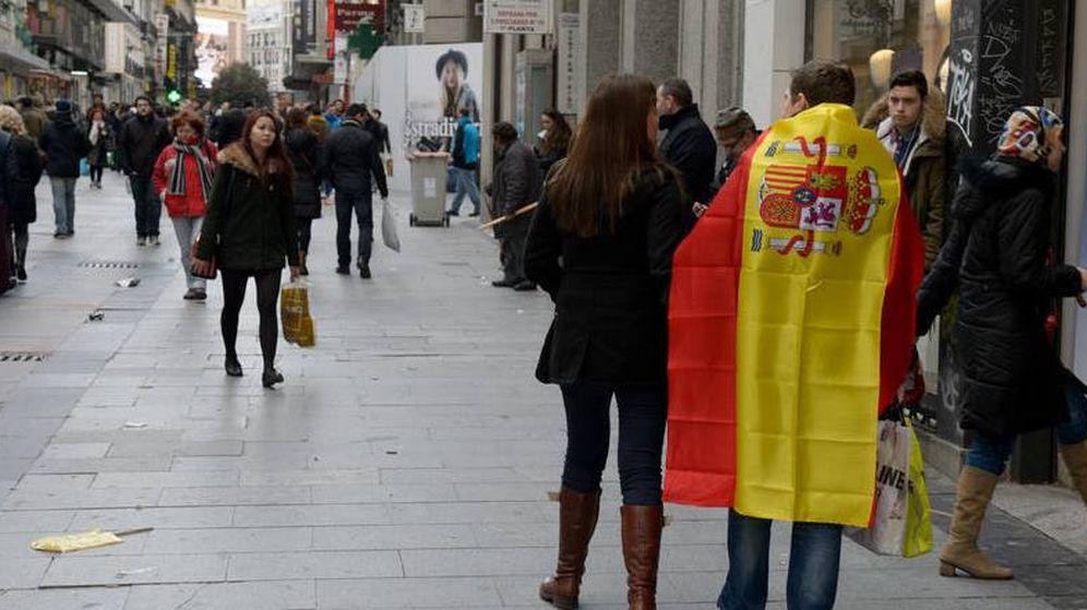 Foto: Una pareja con una bandera de España tras la marcha del cambio celebrada en 2015. (Daniel Muñoz)