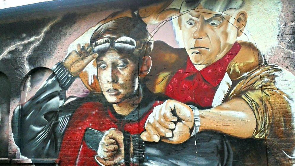 Foto: Un graffiti con los personajes de 'Regreso al Futuro' (CC/MsSaraKelly)