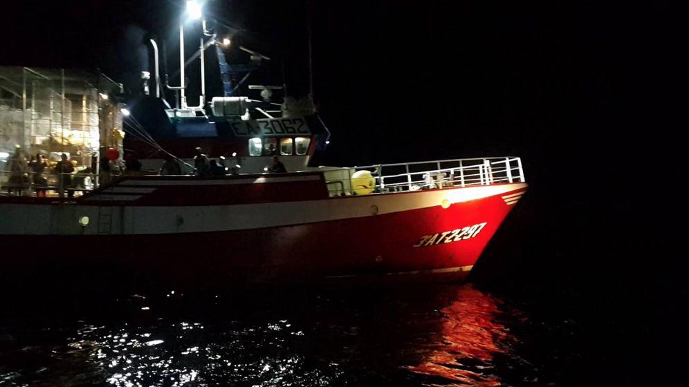 Foto: El pesquero español Nuestra Madre Loreto fotografiado desde la patrullera libia.