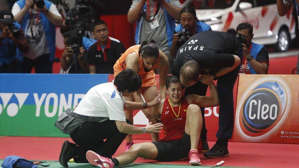 Foto: Carolina Marín se duele de la rodilla derecha durante la final del Abierto de Indonesia. (EFE)