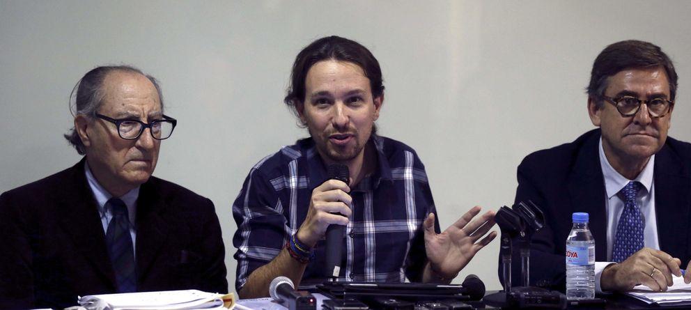 Foto: Pablo Iglesias (c), acompañado por los economistas Vincenç Navarro y Juan Torres. (Efe)