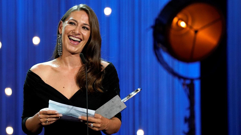 La actriz noruega Pia Tjelta con la Concha de Plata a la mejor actriz. (Reuters)