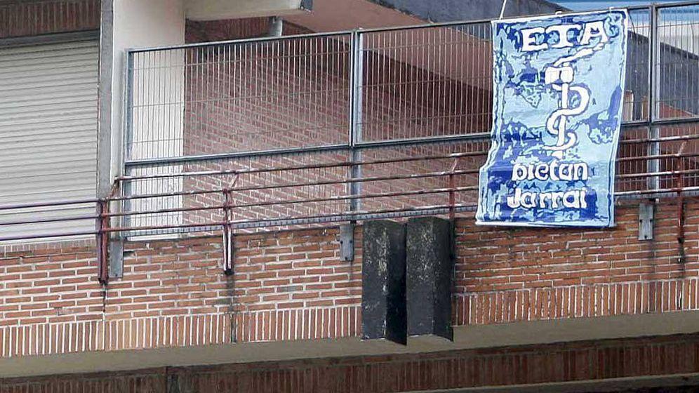 Foto: Cartel con el anagrama de ETA que apareció en 2008 en el colegio público Gabriel Aresti de Bilbao. (EFE)