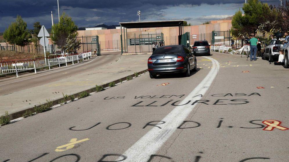 Foto: Pintadas de apoyo a los presos independentistas frente a la cárcel de Lledoners. (EFE)