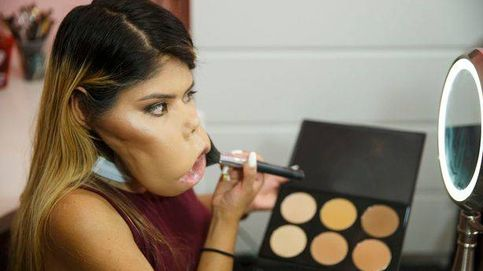 Su parálisis facial no le impide ser un referente de los tutoriales de maquillaje
