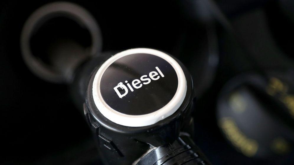 Foto: Un surtidor de diésel en una gasolinera. (EFE)