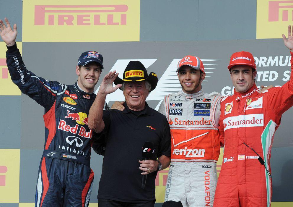 Foto: Mario Andretti posa en el podio del GP de EEUU de 2012 junto a Vettel, Hamilton y Alonso.