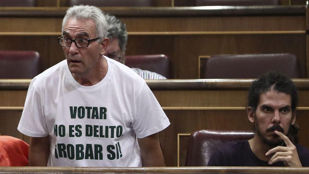 Foto: Los diputados de Podemos Diego Cañamero (i) y Alberto Rodríguez, durante una sesión de control al Gobierno. (EFE)