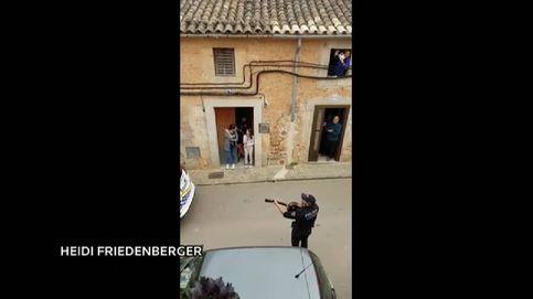 Agentes de la Policía Local de Mallorca animan a los vecinos con música