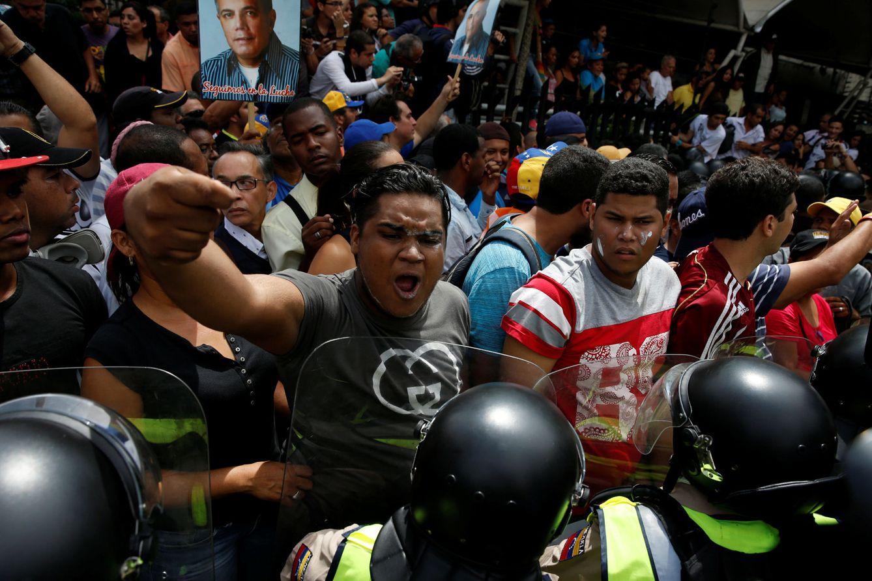 Foto: Simpatizantes de la oposición se encaran con policías durante las protestas para exigir un referéndum revocatorio contra Nicolás Maduro, en Caracas (Reuters).
