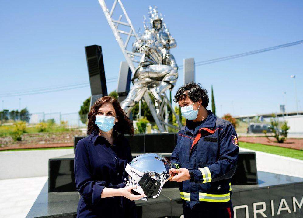 Foto: La presidenta de la Comunidad de Madrid, Isabel Díaz Ayuso, este 8 de mayo en su visita al parque de bomberos de Las Rozas. (EFE)