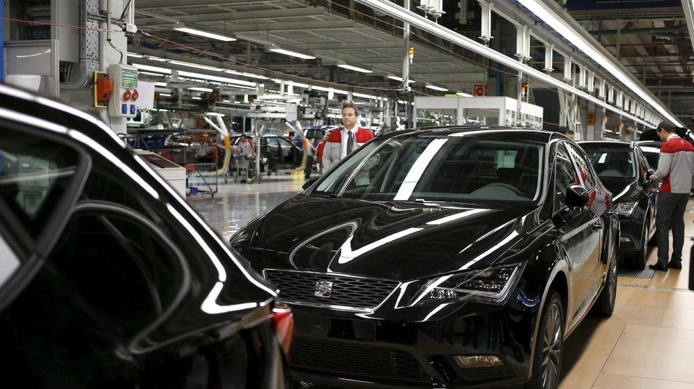Foto: Un trabajador en la factoría de Seat en Martorell. (Reuters)