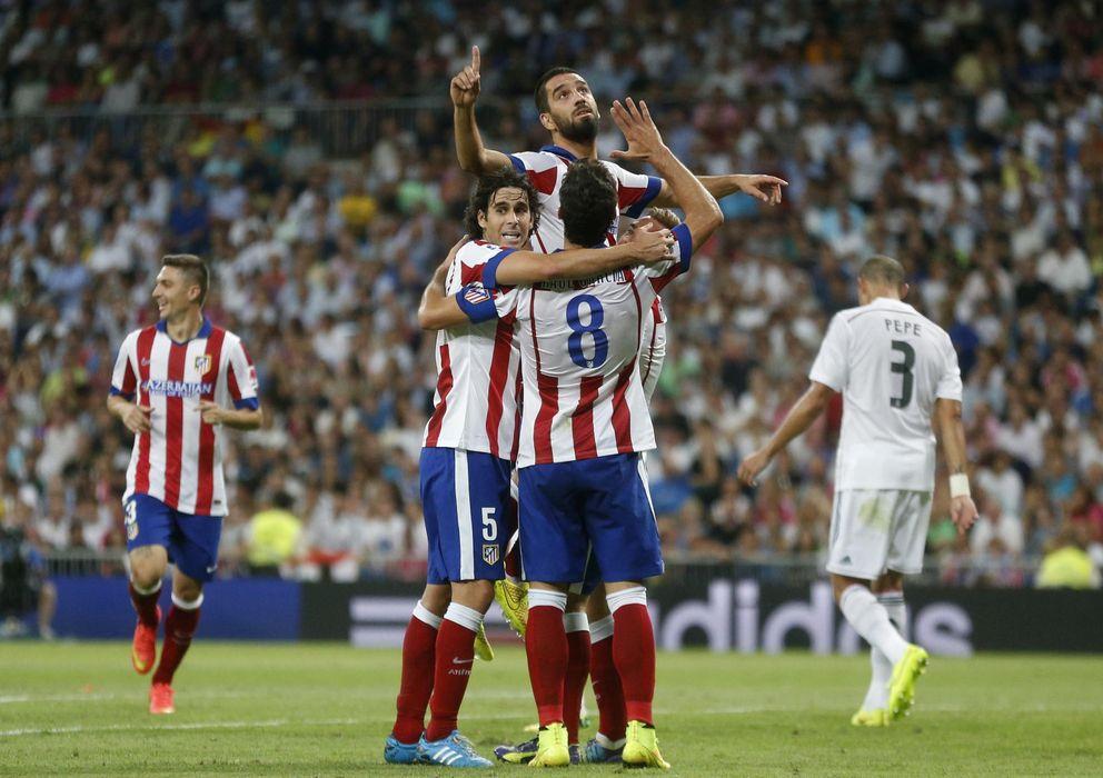 Foto: Arda Turdan rodeado por su compañeros celebra el segundo gol del Atlético en el Bernabéu.