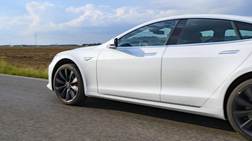 Foto: Un Tesla por una carretera alemana. (iStock)