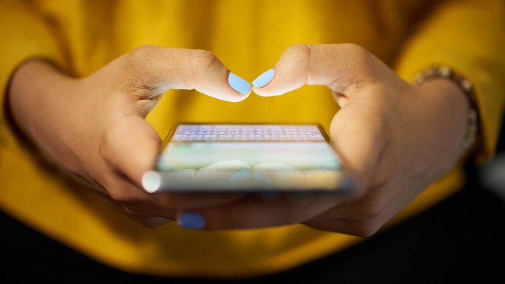 Foto: Una mujer tecleando en un móvil. (iStock)