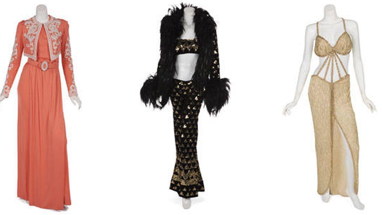 Tres de los vestidos diseñados por Bob Mackie que salen a subasta en Hollywood.  (Julen's Auctions)