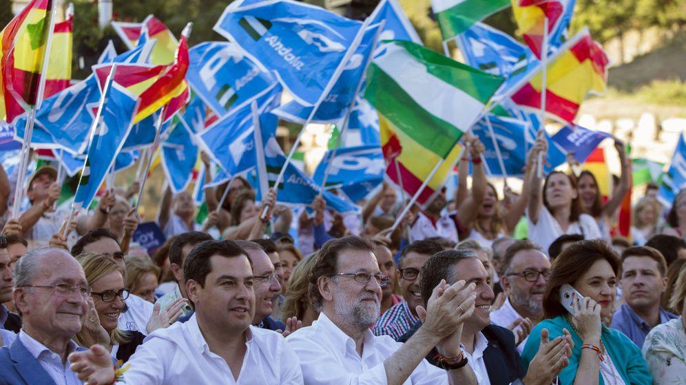 Foto: Mariano Rajoy junto a Juanma Moreno en un acto del PP en Málaga. (EFE)