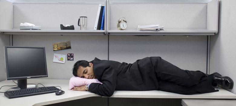 Foto: Echarse la siesta en el trabajo después de comer mejoraría la productividad. (Corbis)