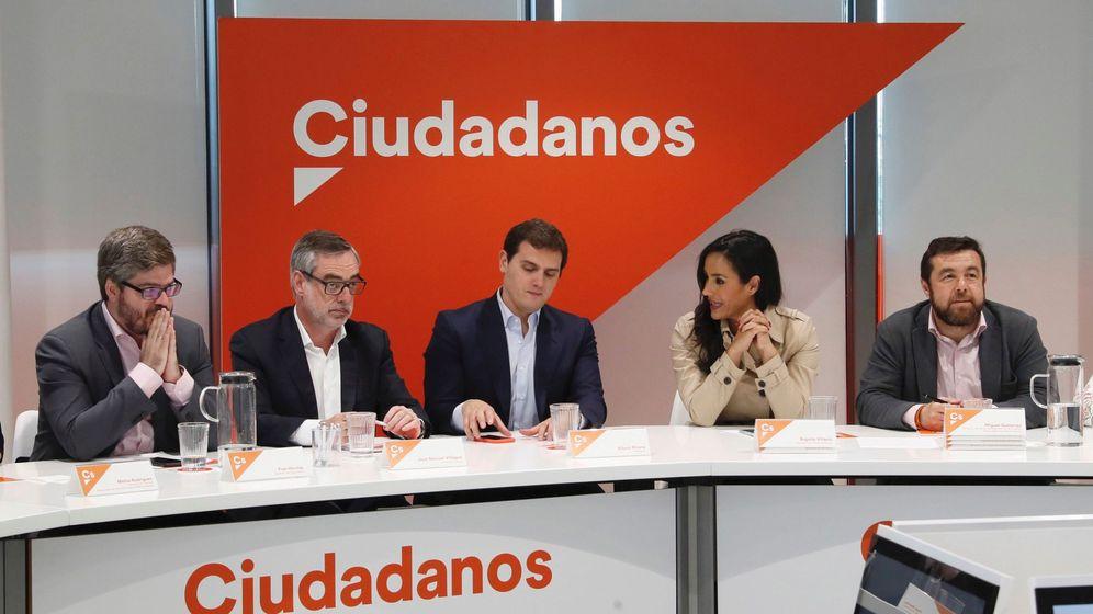 Foto: El presidente de Ciudadanos, Albert Rivera, junto a su equipo en la ejecutiva nacional. (EFE)