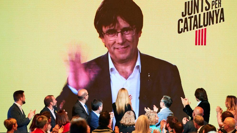Foto: El 'expresident' de la Generalitat Carles Puigdemont interviene por videoconferencia en el acto de inicio de campaña de JxCAT. (EFE)