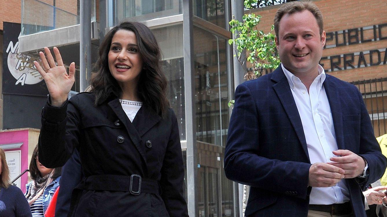 Foto: Inés Arrimadas, junto al candidato de Ciudadanos a la alcaldía de Albacete, Vicente Casañ, participa en un paseo ciudadano. (EFE)