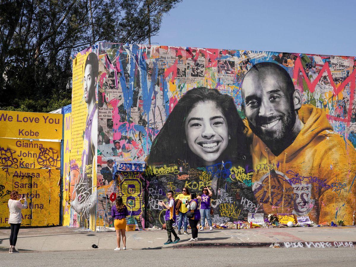 Foto: Un mural hecho en el Staples Center recordando a Kobe Bryant y su hija, Gianna. (Reuters)