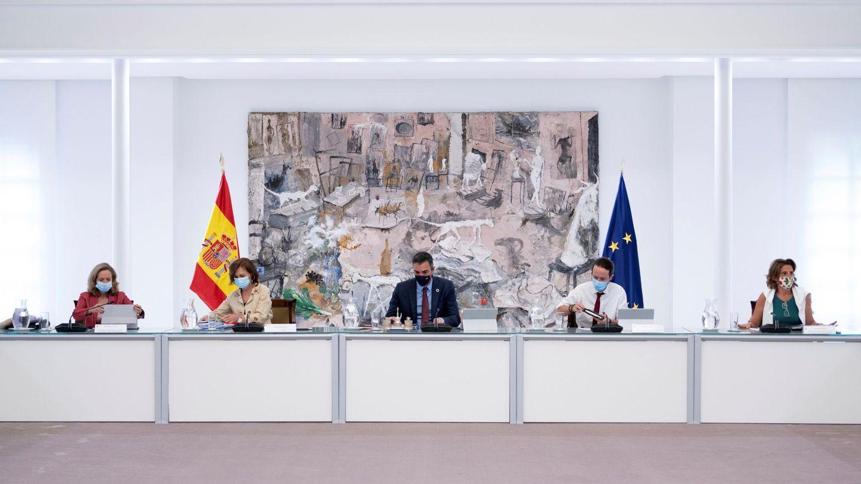 El presidente del Gobierno, Pedro Sánchez (C) Carmen Calvo (2i), Nadia Calviño (i), Pablo Iglesias (2d) y Teresa Rivera (d). (EFE)