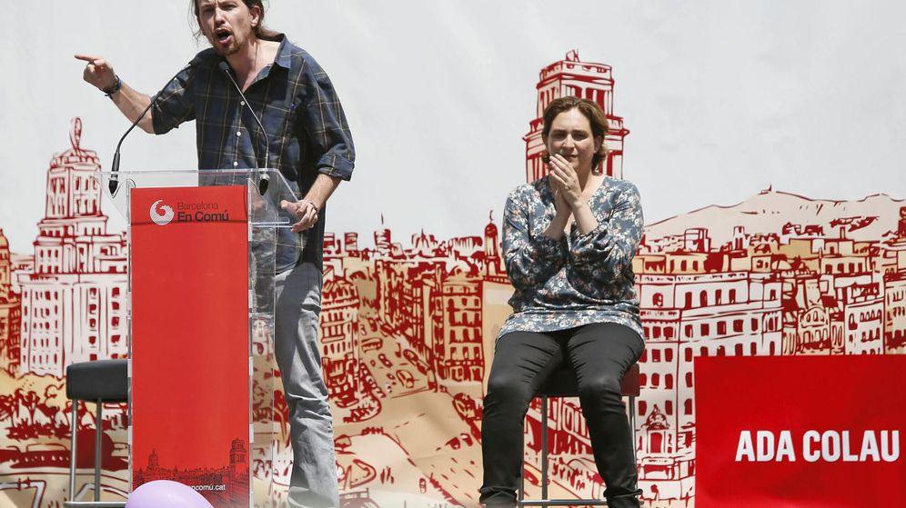 Foto: La alcaldesa de Barcelona, Ada Colau, y el secretario general de Podemos, Pablo Iglesias, en un acto. (Efe)