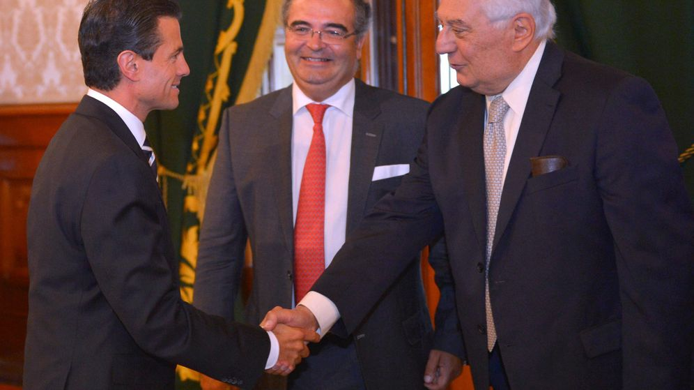Foto: El presidente del Banco Popular, Ángel Ron (c), y Antonio del Valle (d) saludan al presidente de México, Enrique Peña Nieto. (EFE)