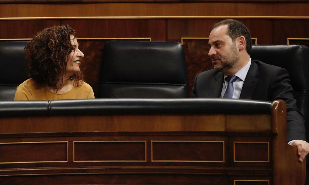 Foto: Los ministros de Hacienda y Fomento, María Jesús Montero y José Luis Ábalos, este 22 de enero en el pleno del Congreso. (EFE)